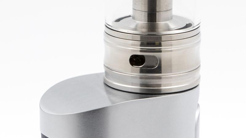 L'airflow de l'atomiseur est large, pour une vape généreuse en inhalation directe. Il se règle de manière classique, avec une bague rotative. Le réglage est progressif, il permet d'affiner le flux d'air facilement. Mais Reload Vapor a aussi travaillé sur la dynamique de l'airflow qui, on le sait bien, joue beaucoup sur la qualité des saveurs et la densité de la vapeur.