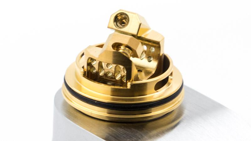 Le flux d'air rentre donc dans l'atomiseur pour être guidé le plus directement possible sur le coil, et l'arroser de toute part. L'usinage du plateau sépare en effet le flux en deux : l'un va directement alimenter le coil par les côtés. L'autre plonge sous le plateau pour alimenter le coil par le dessous.
